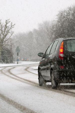 blizzard: Fahrzeug reisen auf einer Autobahn w�hrend snowfall
