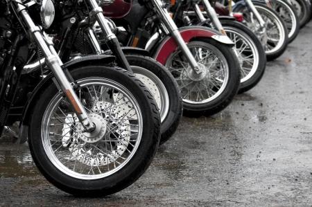 parked: rij van motorfietsen geparkeerd samen op een regenachtige dag