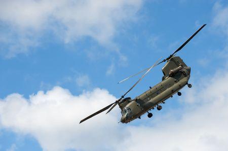 chinook: elicottero cargo militare in una manovra di volo ripido