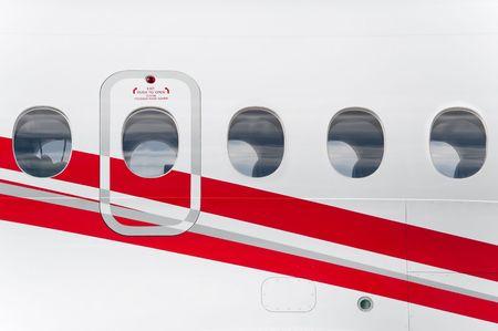 aviones pasajeros: salida de emergencia en el fuselaje de un avi�n de pasajeros Foto de archivo
