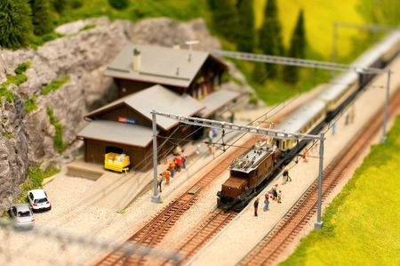 miniatuur alpine railroad model met overhead electric power lines Stockfoto