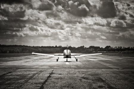 Sepia getönte Propellerflugzeuge, die in turbulente schauende Wolken ausziehen Standard-Bild - 9363227