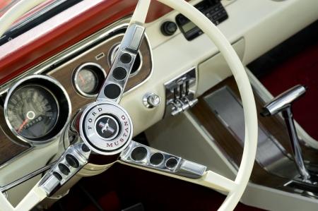 Farnborough, United Kingdom - le 22 avril 2011 : intérieur de voiture emblématique Ford Mustang exposée au annuel roues jour motor show, Farnborough, UK. Banque d'images - 9386697