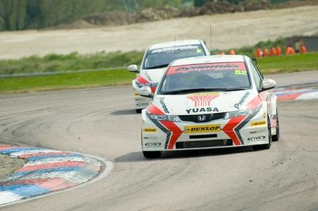btcc: Thruxton, Regno Unito - 1 maggio 2011: Gordon Shedden rubrica per la vittoria in gara uno della riunione British Touring Car Championship a Thruxton, Regno Unito