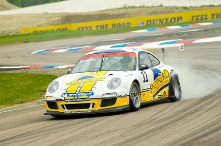 Thruxton, Royaume-Uni - le 1er mai 2011 : George Brewster souffle un pneu pendant une course de Porsche Carrera Cup à Thruxton, UK. Banque d'images - 9472258