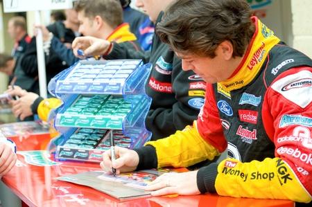 btcc: Driver di British Touring Car Championship Thruxton, Regno Unito - 1 maggio 2011: Liam Griffin firma autografi durante la riunione di gara a Thruxton, Regno Unito
