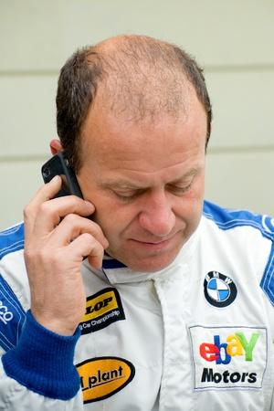btcc: Driver di British Touring Car Championship Thruxton, Regno Unito - 1 maggio 2011: Rob Collard riceve una chiamata durante un incontro di gara a Thruxton, Regno Unito