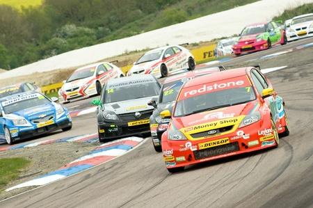 Thruxton, Royaume Uni - le 1er mai 2011 : ondes Ford Focus conduit par Mat Jackson menant un gros pack de voitures dans le championnat britannique de voitures de tourisme, le 1er mai 2011 à Thruxton, au Royaume-Uni. Banque d'images - 9489088