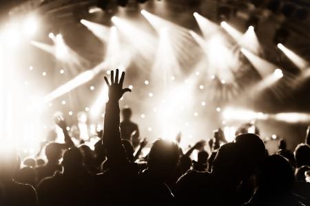 foule mains: foule en d�lire lors d'un concert musique live Banque d'images