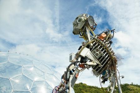 St Austell, Großbritannien - 15. September 2011: WEEE Mann, der Elektro-und Elektronikgeräten Roboter Skulptur auf dem Display an der Eden Project Touristenattraktion.