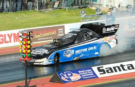 burnout: Santa Pod Raceway, UK - 29. Oktober 2011: Burnout durch den Shockwave funny car Dragster an der Flamme und Thunder Veranstaltung.