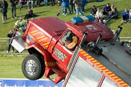 voiture de pompiers: Santa Pod Raceway, Royaume-Uni - 29 octobre 2011: démonstration de conduite Stunt dans un camion à roulettes à la flamme et à Thunder drag-racing événement.