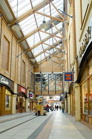 Portsmouth, Royaume-Uni - 1 Février 2012: Calme, post-achats de Noël au centre commercial Gunwharfs Quay. Banque d'images - 12142574