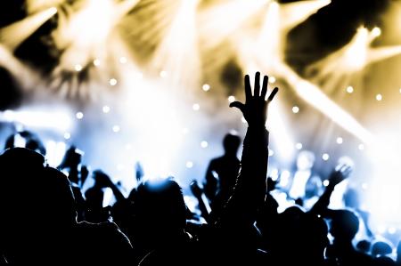 multitud que lo vitoreaba y las manos levantadas en un concierto de música en vivo Foto de archivo