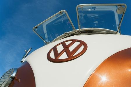 motor de carro: Farnborough, Reino Unido - 6 de abril de 2012: Inmaculada Camper VW en exhibici�n en el Auto Wheels D�a anual y exposici�n de bicicletas. Editorial