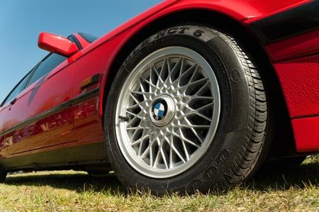 Farnborough, Royaume-Uni - Avril 6 2012: Remis à neuf BMW Série 5 vers 1990, sur l'affichage à l'auto Journée Roues annuel et bike show. Banque d'images - 13257015