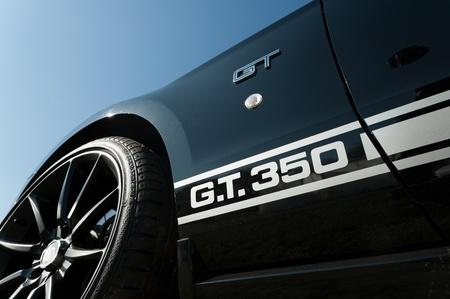 ford: Farnborough, Verenigd Koninkrijk - 6 april 2012: Ford Mustang Shelby GT 350 muscle car te zien op de jaarlijkse Dag van Wheels auto en fiets show. Redactioneel