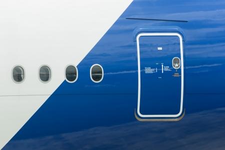 aviones pasajeros: salida de emergencia y ventanas en el fuselaje de un avi�n de pasajeros Foto de archivo