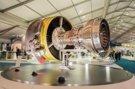 Farnborough, Royaume-Uni - 12 Juillet 2012: Stands d'exposition affichant de grands réacteurs et autres composants utilisés dans l'industrie aéronautique au salon aéronautique de Farnborough, au Royaume-Uni Banque d'images - 14500255
