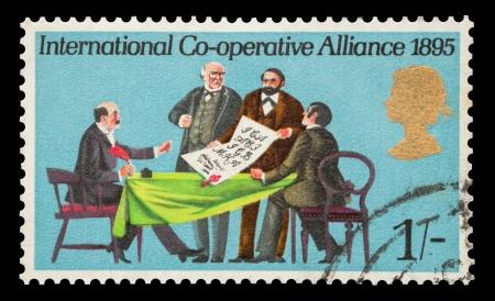 cooperativa: Sello de correo conmemorativo impreso en el Reino Unido con la firma de la Cooperaci�n Internacional para la Alianza, alrededor de 1970