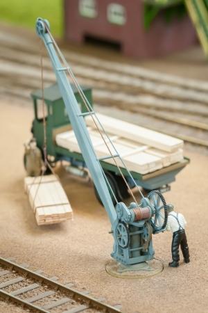 Miniaturfigur Belastung Holz mit einer Spielkran