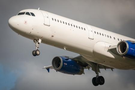 aviones pasajeros: Primer plano de un avi�n de pasajeros a punto de aterrizar sin marcar Foto de archivo