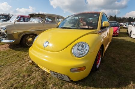 mk: Farnborough, Reino Unido - 29 de marzo de 2013: De color amarillo brillante VW Escarabajo Mk II en exhibici�n en el Auto Wheels D�a anual y exposici�n de bicicletas.