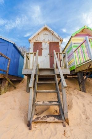 cabane plage: r�sist� � la cabane de plage sur le sable dor�