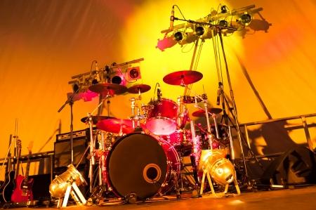 tambor: etapa de la banda de rock puesta a punto con los tambores, guitarras y proyectores