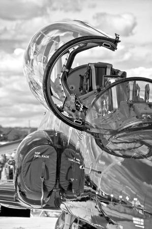 avion de chasse: noir et blanc couvert avion militaire de chasse
