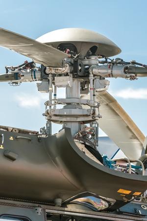 asamblea: primer plano de un piezas mecánicas de pala de rotor de helicóptero complejo