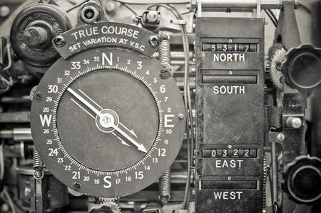 aviones antiguos dispositivo brújula de navegación de la era WW2 Editorial