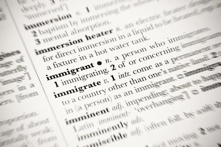 definición: definición del diccionario de inmigrante con bordes borrosos Foto de archivo