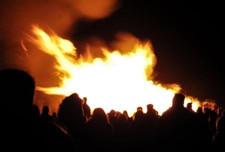 guy fawkes night: movimiento multitud borr�n de personas alrededor de una hoguera