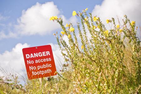peligro: se�al de peligro con acceso prohibido a un sendero