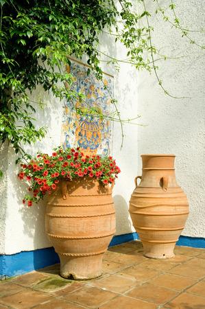 greek pot: patio mediterraneo terracotta con piante pentole