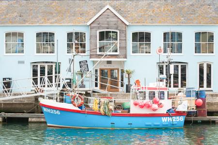 barca da pesca: Weymouth Harbour UK 15 giugno 2013: costruzione Ristorante e barca da pesca sul pittoresco molo di Weymouth Harbour Regno Unito