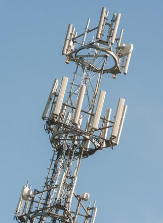 通信: 青い空を背景に電話とインターネットの通信塔