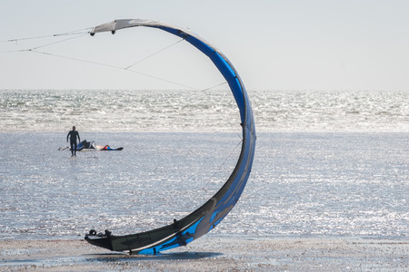 kite surfing: kite-surfen luifel op een strand