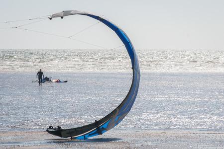 kitesurfen: kite-surfen luifel op een strand