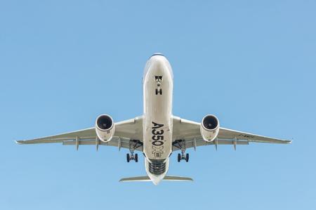 contaminacion acustica: Farnborough, Reino Unido - 14 de julio, 2016: Airbus A350 XWB, en un cielo azul claro, de aterrizar en un evento comercial de la aviación internacional. Editorial