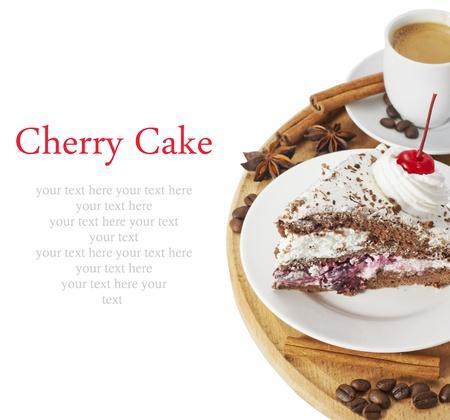 trozo de pastel: Tarta de cerezas con una taza de caf� caliente en un tablero circular sobre blanco con el texto de ejemplo Foto de archivo