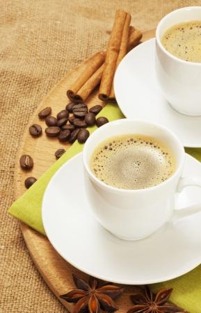 badiane: deux tasses de caf� � l'anis �toil� et la cannelle