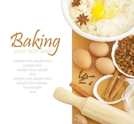 Ingrediënten voor bakken isokated op witte achtergrond met voorbeeld tekst Stockfoto