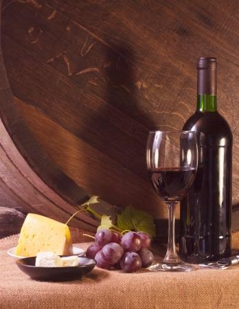 Stilleven met wijn vat, druiven en wijnstokken Stockfoto