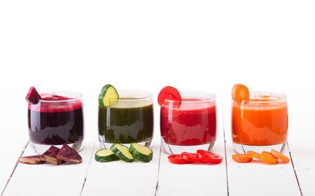 Groentesap (wortel, biet, komkommer, tomaat). Geïsoleerd op witte achtergrond met het knippen inbegrepen weg