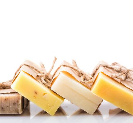 productos naturales: Jab�n de lavanda sobre tabla de madera r�stica. Concepto de spa aislado en blanco.