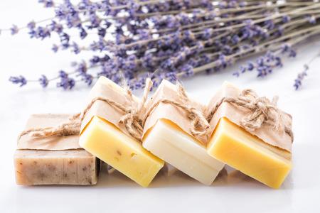 Lavendel zeep en zout op rustieke houten bord. Spa concept