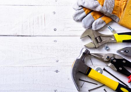 herramientas de carpinteria: Conjunto de herramientas sobre un fondo de madera