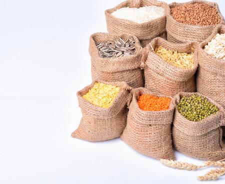 zakken met granen (zaden, rijst, boekweit, havermout, linzen)